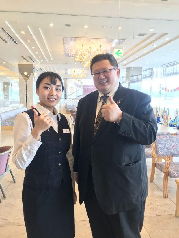 魏禎怡さん(左) と副支配人の昆野さん(右)