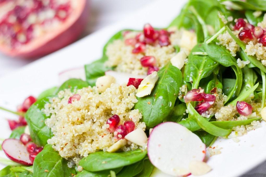 Basenüberschüssiger Spinat-Couscous-Salat mit Granatapfelkernen