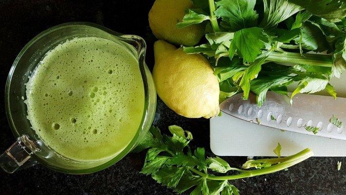 Basen-Saft mit Sellerie und Zitrone