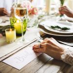3 idées cadeaux à offrir à de jeunes mariés de plus de 40 ans