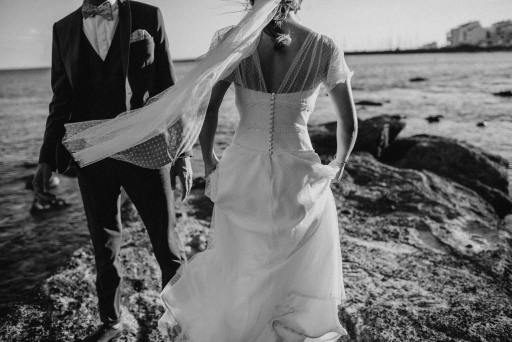 un couple de jeunes mariés en noir et blanc