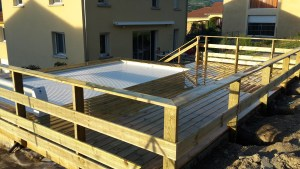 Terrasse en bois classe 4 avec garde corps autour d'une piscine en bois