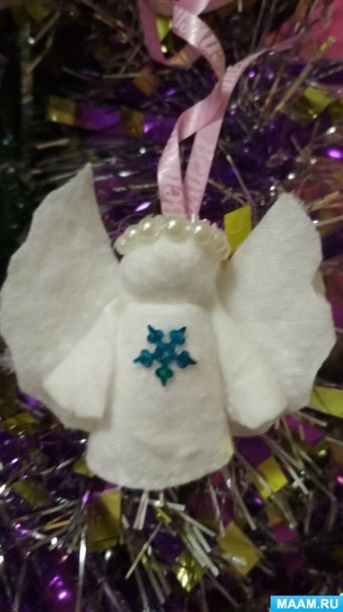 Samlingen af engelen figuren skal udføres i denne rækkefølge: Først stikker postkortet vingerne, så kjole og hoved.