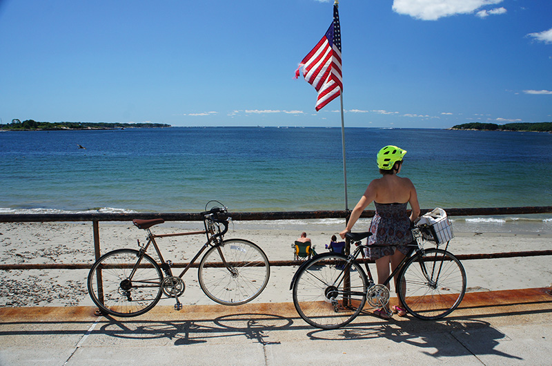 Vélos, drapeau américain et plage à Gloucester, MA