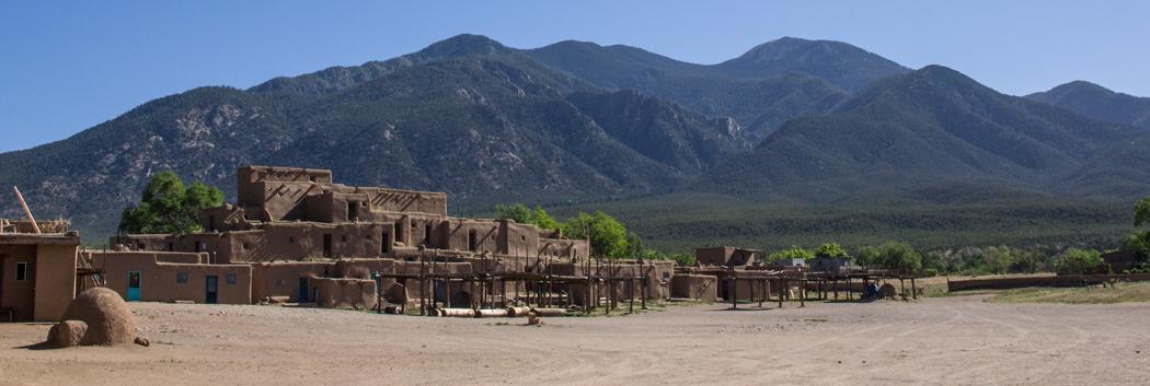 Taos Pueblo au Nouveau Mexique et la montagne