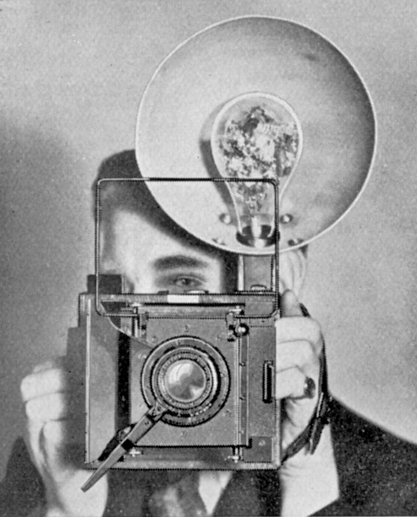 [Fig.10]Roth Superspeed Press camera introduced in 1934. It was the first camera with built-in synchronisation for flash bulbs. It was expensive at £51-8s-0d with Meyer f/3 lens.