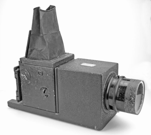 [Fig.19]Modified TP Reflex camera once used by W.G. Vanderson and with a plaque for 'Fox Photos' with 400mm f/4.5 Tessar lens. Vanderson is remembered for his historic