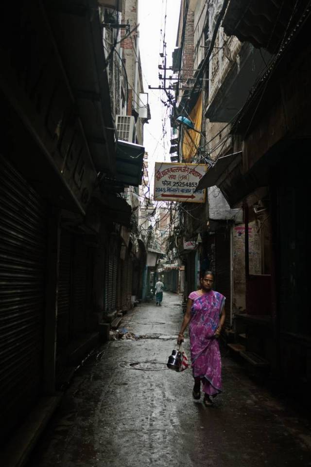 Kinari Bazar, Chandni Chowk is a wholesale market selling wedding attire. Later in the day it would be near impossible to walk here.