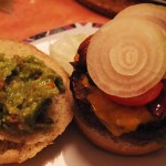 Guacamole Burger mit Chili Cheese Fries