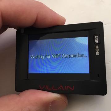 """con una pressione sul pulsante possiamo attivare anche la trasmissione wi-fi per controllarla dal cellulare ma il piccolo monitor da 2"""" fa il suo dovere"""