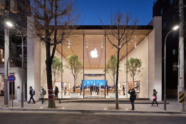 Nel cuore del distretto di Gangnam, gli esterni e gli interni dello store si fondono attraverso la facciata in vetro di 7,62 metri dell'Apple Garosugil.