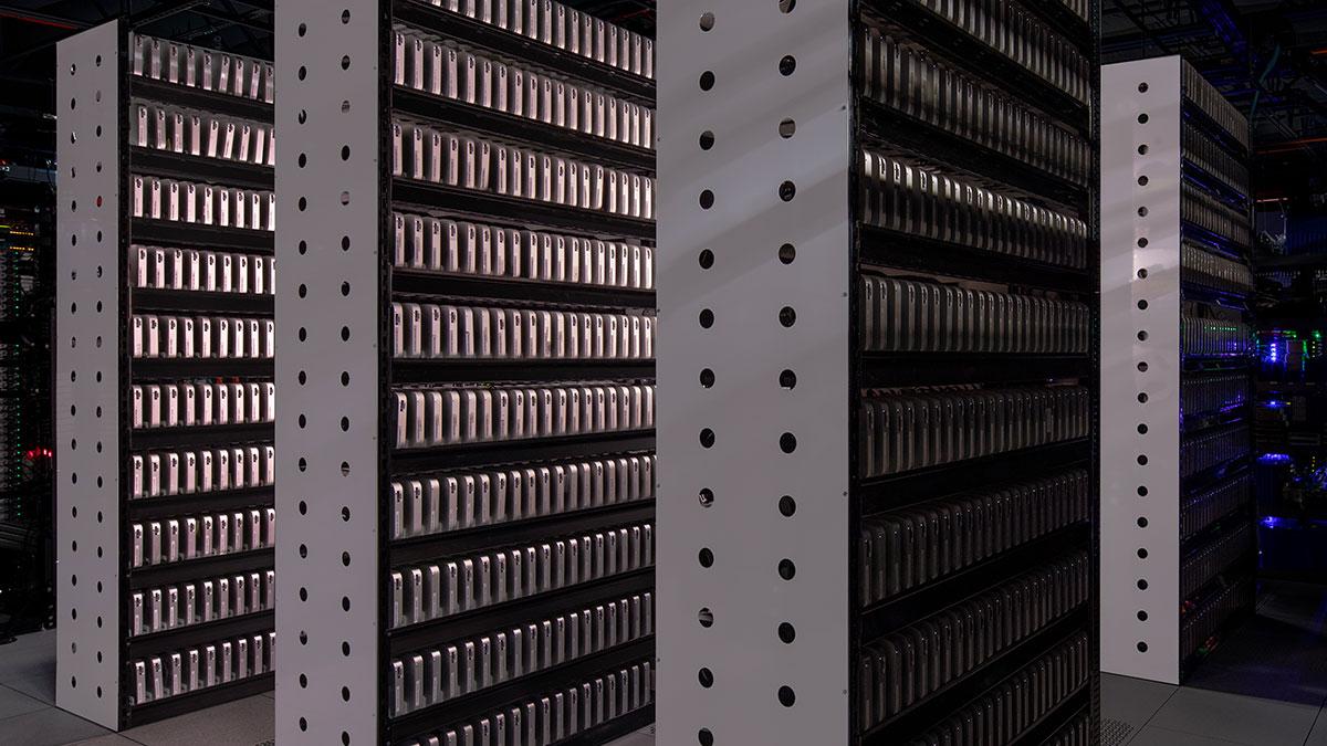 Un video mostra un grande data center con migliaia di Mac mini e Mac Pro