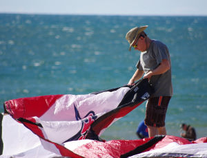 A new kiteboarder on the beach