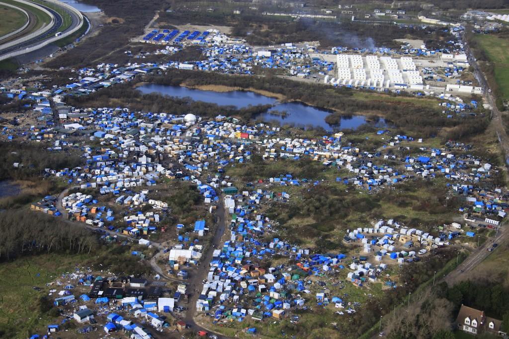 Vue aérienne d'un camp de fortune comme des conteneurs (arrière) sont mis en place pour accueillir plusieurs centaines de migrants vivant dans ce qui est connu comme la «jungle», un camp tentaculaire sordide à Calais, Nord de la France, le 17 Janvier 2016. REUTERS / Pascal Rossignol IMAGES TPX DU JOUR - RTX22RMK
