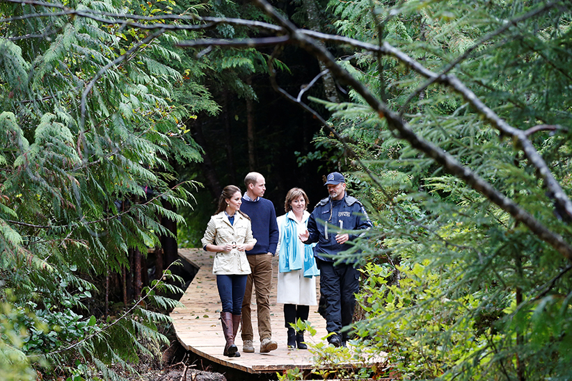 (L-R) Britain's Catherine, Duchess of Cambridge, Prince William and British Columbia Premier Christy Clark listen to a conservation officer during a tour of the Great Bear Rainforest in Bella Bella, British Columbia, Canada, September 26, 2016. (Chris Wattie/Reuters)