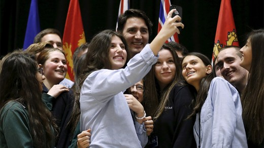 Justin Trudeau (C) poses for a selfie with students during the First Ministers' meeting in Ottawa, Canada November 23, 2015. (Chris Wattie/Reuters)