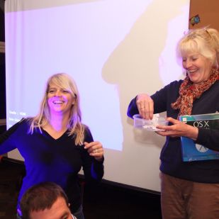 Simone und Hedi spielten bei der Verlosung die Glücksfeen.