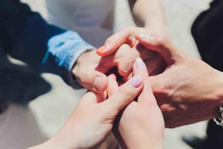 polyamour rencontre amoureuse mains croisees trio