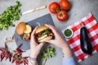 Burger λαχανικών με πέστο μαϊντανού & χαλλούμι