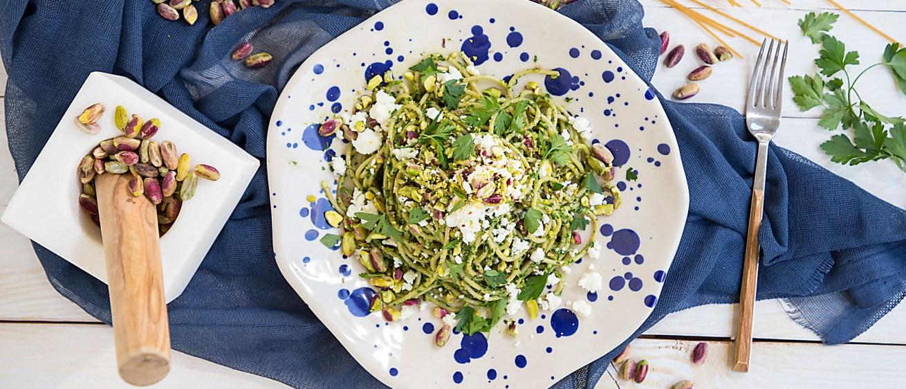 Εύκολη μακαρονάδα με σάλτσα μαϊντανού & φέτα