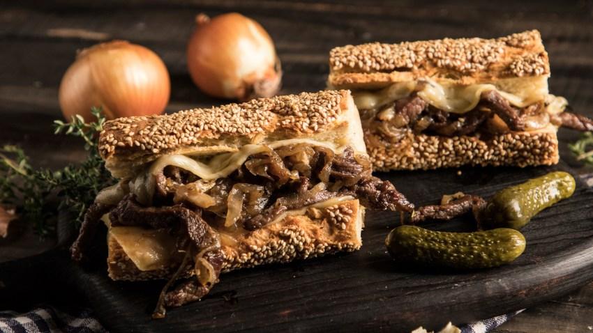 Σάντουιτς με μοσχάρι, καραμελωμένα κρεμμύδια και λιωμένο τυρί (Steak Sandwich)