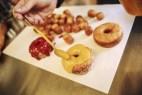 Μια «Αμερικάνα» στο Μετς τηγανίζει λουκουμάδες από νεοϋορκέζικη ζύμη