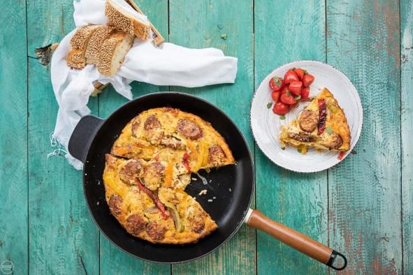 Ομελέτα φούρνου με χωριάτικο λουκάνικο κοτόπουλου και πιπεριές