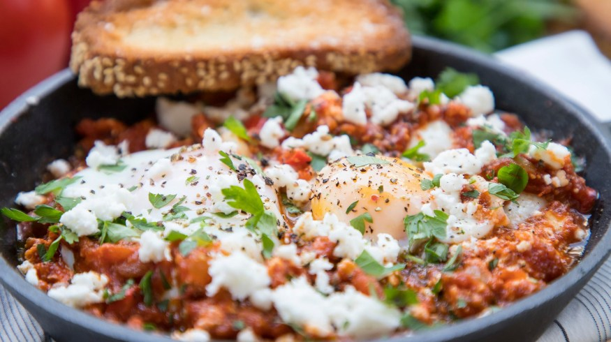 Shakshuka: Αυγά σε σάλτσα ντομάτας με φέτα (VIDEO)