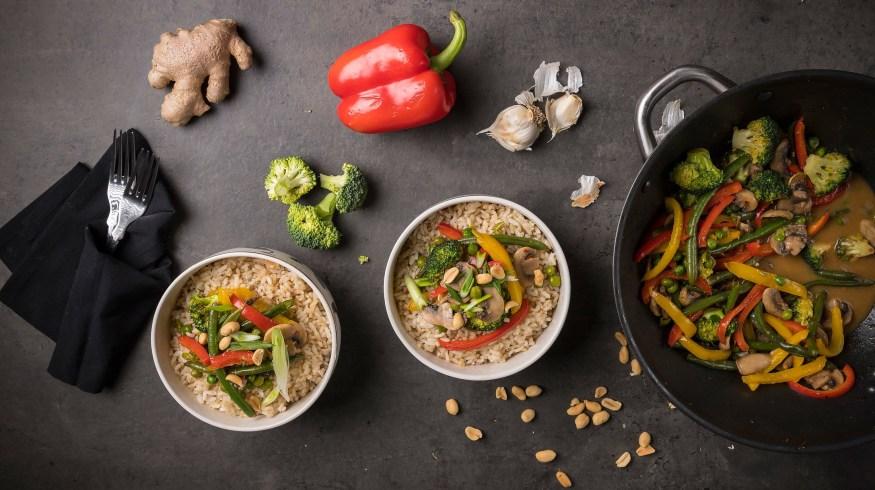 Ρύζι καστανό με stir-fry λαχανικών: εύκολο και υγιεινό για τις καθημερινές