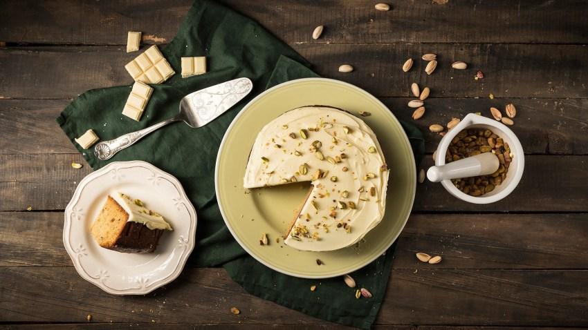 Κέικ με φυστίκια Αιγίνης και frosting λευκής σοκολάτας όπως το ονειρεύτηκες