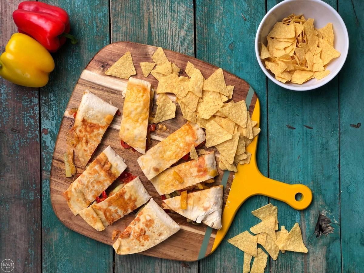 Quesadillas με τυρί, λαχανικά και σάλτσα τσίλι