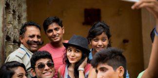 セルフィーを撮るインドの若者たち