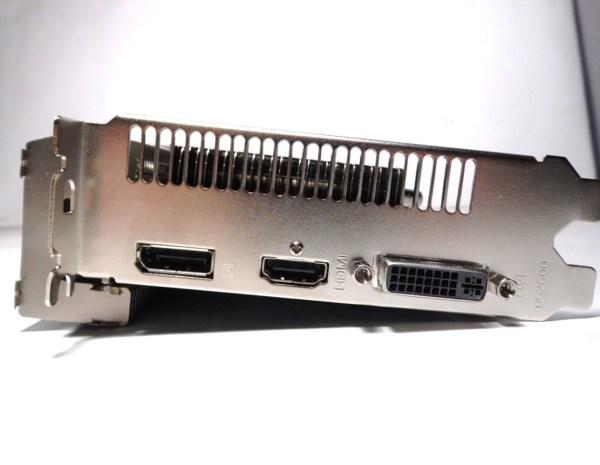 La Sapphire R7 250 Ultimate, nos entrega un ejemplar de los conectores de video actuales, 1x HDMI, 1x DisplayPort y 1x DVI.