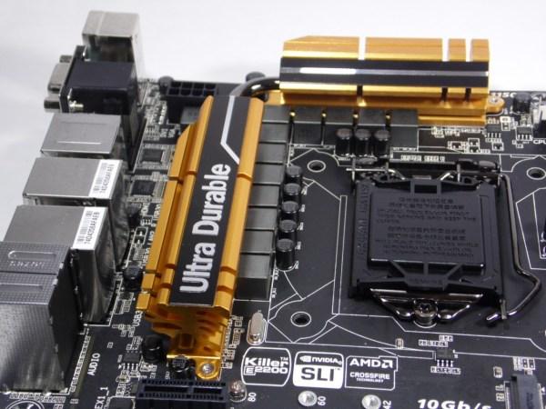 Un disipador con un amarillo dorado es el escogido por Gigabyte como el color predominante en la GA-Z97X-UD5H, y con el ya reconocido logo impreso de Ultra Durable de Gigabyte.