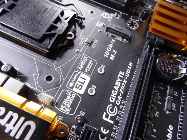 En el centro de la placa podemos ver el conector para SSD M2, con 3 medidas 80mm, 60mm y 42mm.