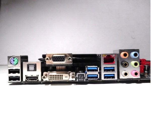 En el panel trasero se ven los conectores de audio recubierto en oro, además de una gama completa de conectores de video (HDMI, DVI y VGA), además de 4 USB 3.0 y 2 USB 2.0.