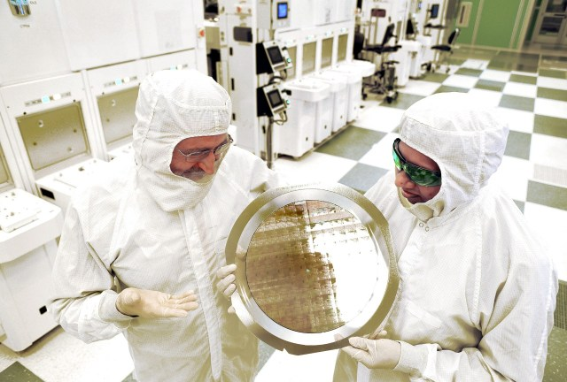 IBM_7nm_chip-wafer