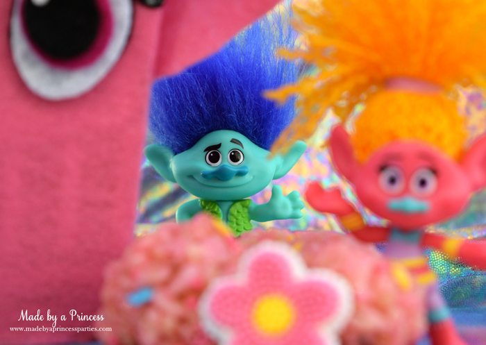 trolls-movie-princess-poppy-popcorn-box-party-branch-waving-in-the-distance