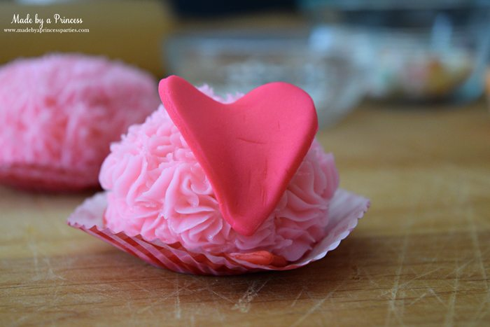mini-lovebug-cupcakes-tutorial-place-heart-fondant-on-back-for-wings