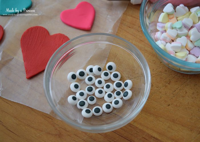 mini-lovebug-cupcakes-tutorial-royal-icing-candy-eyes