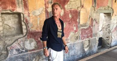 Pompei, visita a sorpresa negli Scavi per Michele Carfora, la star dei musical