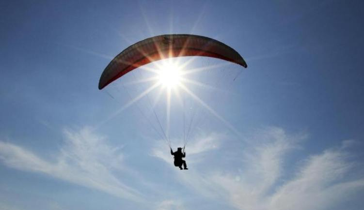 Paraglider lands on Expressway - Madeira Island News Blog