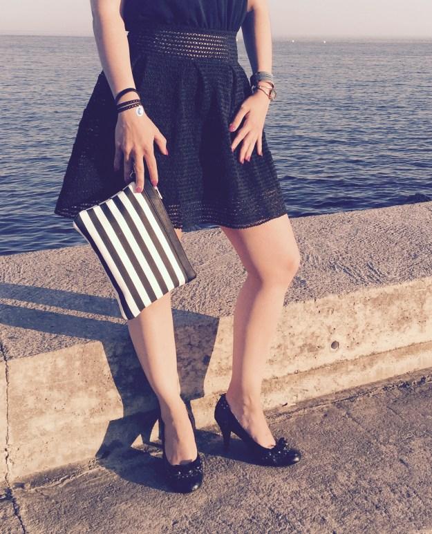 Ma petite robe noire détails pochette, chaussures et bijoux
