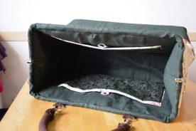 Die geräumige Tasche bleibt durch den Rahmen offen.