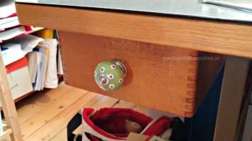 Neuer Keramikgriff mit Blümchen an der Schublade.