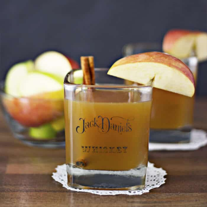 Apple Cider Bourbon Whiskey Cocktail | 20+ Fall Cocktail Recipes | Holiday Entertaining with Fall Recipes | Pumpkin, apple and cinnamon cocktails | www.madewithHAPPY.com