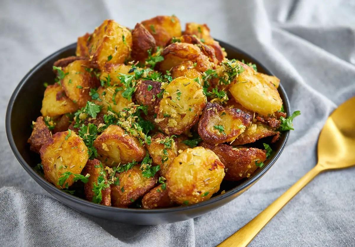 Kartofler I Ovn Opskrift Pa Sprode Ovnkartofler M Rosmarin Og Hvidlog