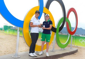 Leona Maguire, right, gets a medal from Lydia Ko [IGF]