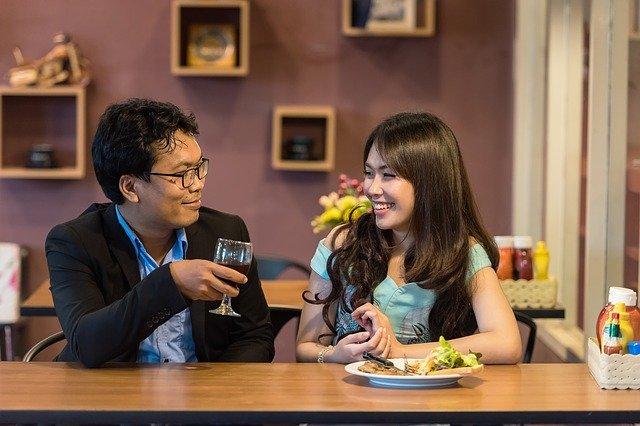 adultfriendfinder couple amoureux restaurant