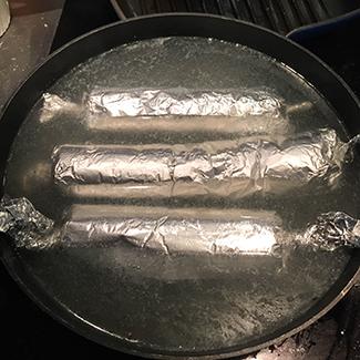 Farspølserne skal koges omkring 8 minutter
